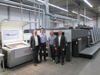 Druckhaus Mainfranken GmbH uses the new Speedmaster XL 75 Anicolor 2 with UV technology to print gang runs on very challenging materials. Ulrich Stetter, managing director; Christoph Fehre, head of printing; and Business Unit Manager Philipp Mittnacht, as well as Frank Süsser, product management Heidelberg (from left to right) are very happy with the new opportunities.