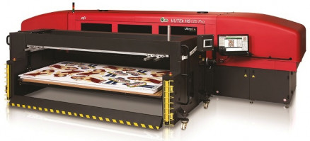 The EFI VUTEk HS125 Pro hybrid roll/flatbed inkjet press.