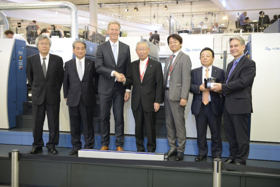 Toyo Ink announced a deal to supply UV inks to KBA-Sheetfed. CEO KBA-Sheetfed Solutions Ralf Sammeck shakes hands with Toyo Ink SC Holdings Chairman Kunio Sakuma following a signing ceremony.