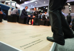 The laminate flooring laid on the KBA stand was printed on a KBA RotaJET 168 by Interprint in Arnsberg.
