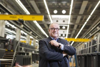 Deutschland. Wiesloch. Gerold Linzbach, Vorsitzender des Vorstandes Heidelberger Druckmaschinen AG steht in einer Produktionshalle des Print Media Center. 30.2014. [Photo: © (c) Bernd Roselieb. email: info@bernd-roselieb.de]