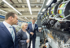 Science Minister Bauer (center) watches the latest digital technology from Heidelberg.