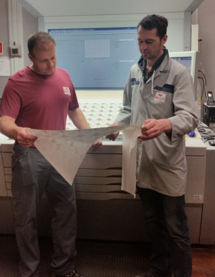 Novaprint in Oldenburg also uses Prinect Inspection Control 2. Production Manager Marco Berg (right) notes that the automated PDF comparison with the prepress data saves lots of time, particularly for printing forms with a large number of similar labels.