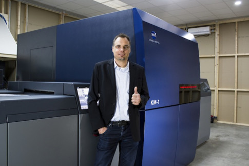 Arndt Eschenlohr stands in front of Konica Minolta's AccurioJET KM-1 at PLS Print Logistic Services GmbH.