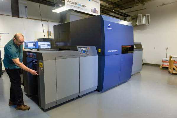 Rick Rienstra adjusts Jet Mail Services' new Konica Minolta AccurioJet KM-1 production inkjet sheetfed UV press, which replaced the firm's two- and four-color offset presses.