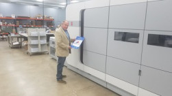 Larry Kuhlman of Graphic Village with the Océ VarioPrint i300 digital inkjet press..